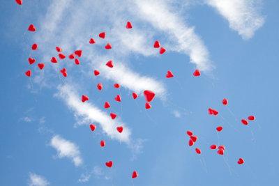 Luftballons steigen auf - eine gelungene Hochzeitsüberraschung!