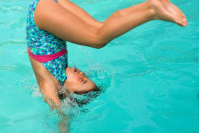 Üben Sie das Eintauchen im Schwimmen.