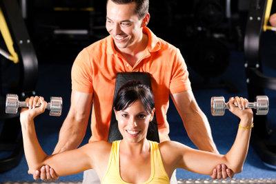 Trainer unterstützen Sie im Fitnessstudio.