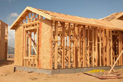 Für einen Holzanbau verwenden Sie Fertigelemente.