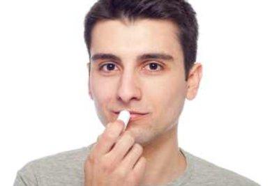 Lippenpflege ist wichtig bei eingerissenen Mundwinkeln.