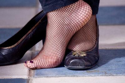 Ein Überbein am Fuß kann schmerzen.