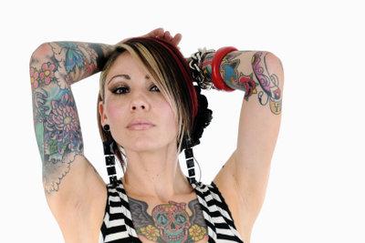 Frauen haben unzählige Körperstellen für Tattoos.
