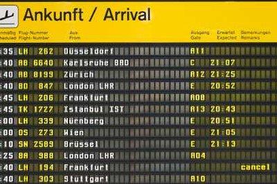 Flugnummern sind auf Anzeigetafeln zu finden.