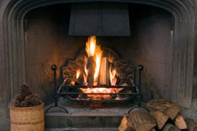 Kaminfeuer spendet gemütliche und günstige Wärme.