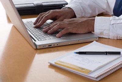Schreiben Sie Ihre Hausarbeit am Computer.