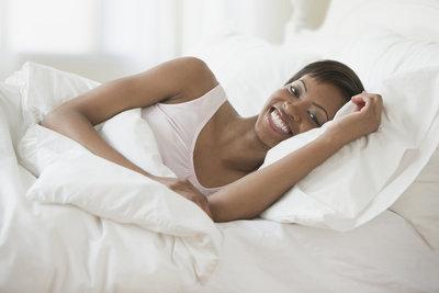 In einem gepflegten Bett wachen Sie erholt und ausgeruht auf.
