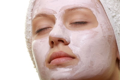 Eine Maske hilft gegen trockene Haut.
