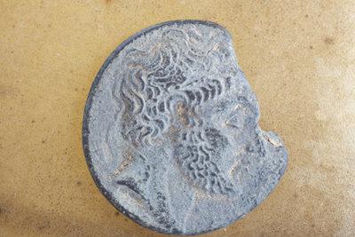 Reinigen Sie alte Münzen einzeln.