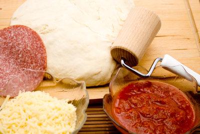 So wird Pizzateig ohne Hefe hergestellt.