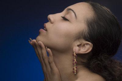 Schöne Juwelen für ein schönes Ohrläppchen.