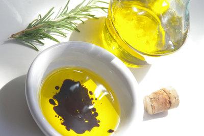 Salatdressing mit Essig und Öl.