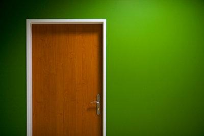 Innentüren mit elektrischen Schleifgeräten abschleifen.