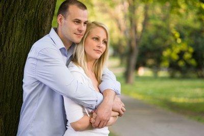 Verliebte Männer verraten sich durch Körpersprache.