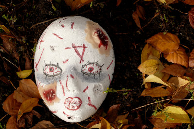 Gruselige Halloween-Masken zu basteln, ist einfach.