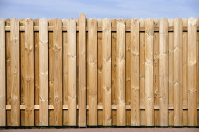 So streichen Sie Ihren Gartenzaun aus Holz.