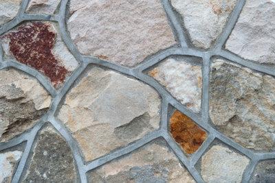 Natursteinmauern möglichst nur mit Wasser reinigen.