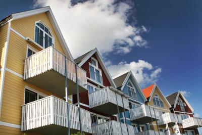 Ein Sichtschutz am Balkon macht das Wohnen angenehmer.
