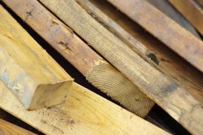 Für ein Hochbett benötigt man stabile Holzbalken.