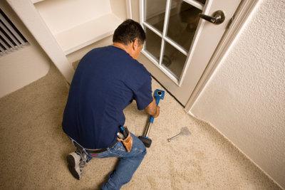 Teppichboden selber verlegen spart Zeit und Geld.