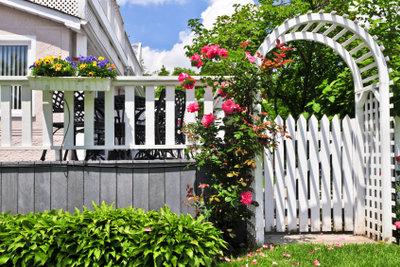 Ein selbstgebautes Rankgitter für Pflanzen verschönt Ihren Garten.
