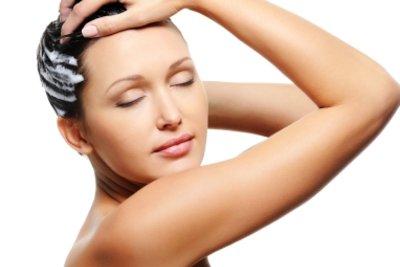 Wendet man Conditioner richtig an, werden Haare spürbar geschmeidig.