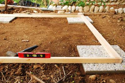 Ein Gartenhaus-Fundament selber zu bauen erfordert handwerkliches Geschick.