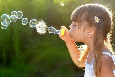 Selbstgemachte Seifenblasen erfreuen Kinder und Erwachsene.