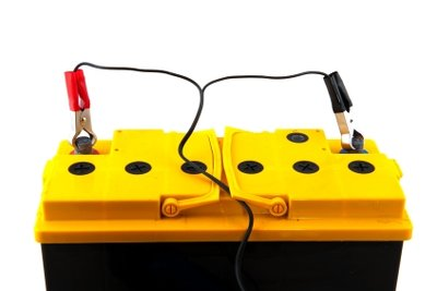 Eine Autobatterie muss fachgerecht aufgeladen werden.