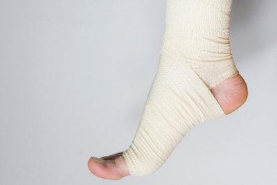 Ein verstauchter Knöchel muss bandagiert werden.