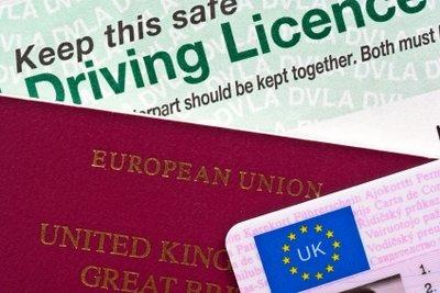 Ein internationaler Führerschein erleichtert das Autofahren im Ausland.