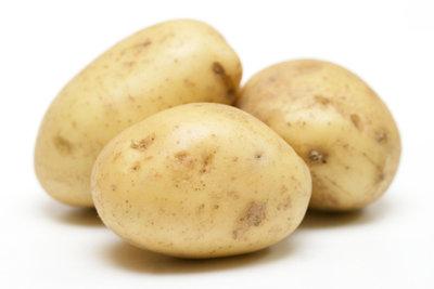 Heiße Auflagen aus Kartoffeln gelten als wohltuendes Hausmittel bei einem Gallenstein.