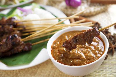 Ein leckeres indonesisches Gericht: Hühnersate mit Erdnusssoße.