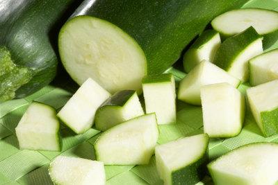 Vor dem Einfrieren die Zucchini am besten in Stücke schneiden.