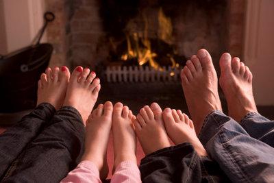 Kalte Füße am Kaminfeuer wärmen