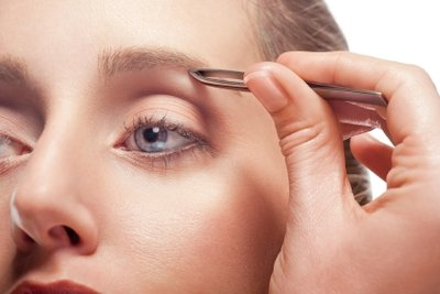Gezupfte Augenbrauen betonen Ihre Augen und tragen zu einem gepflegten Erscheinungsbild bei.