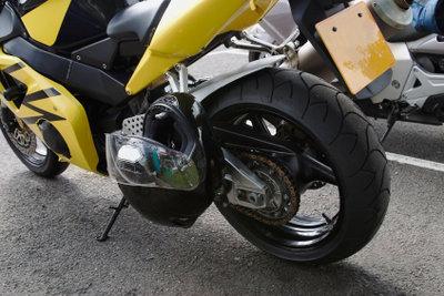 Zum Motorradfahren gehört auch ein regelmäßiger Ölwechsel.