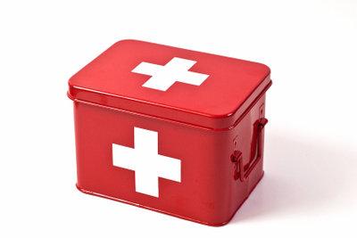 Ein richtig gefüllter Verbandskasten hat alle notwendigen Materialien für den Druckverband.