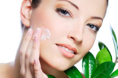 Verwöhnen Sie trockene Gesichtshaut mit pflegenden Masken.