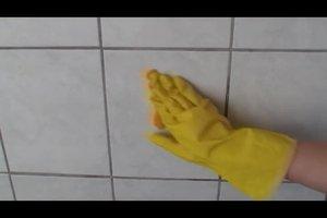 Kalkflecken auf Fliesen entfernen - so geht's mit Hausmitteln