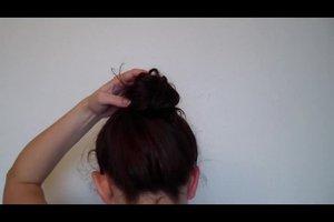 Einfache Hochsteckfrisur - Anleitung für lockige Haare