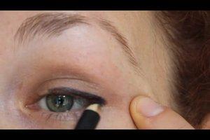 Erst schminken, dann falsche Wimpern aufkleben - so geht's