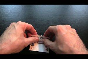 Geldscheine falten zu einem Schiff