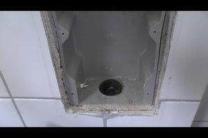 Bei Waschmaschine Ablaufschlauch anschließen - so geht's