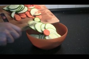Rohe Zucchini im Salat - ein Rezept