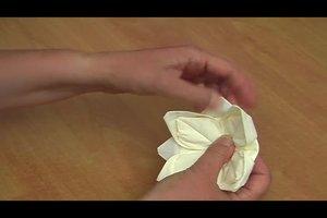 Servietten zu Blumen falten - so entsteht eine Rose