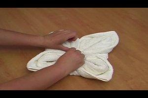 Handtücher falten zur Blume - so geht's