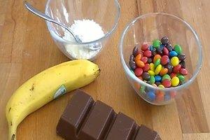 Kindertorten selber backen - Rezept für einen Bananenkuchen mit lustiger Dekoration