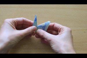 Einen Vogel aus einem Geldschein falten - so gelingt's