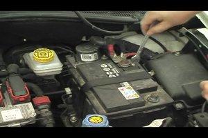 Autobatterie richtig anschließen - das sollten Sie beachten